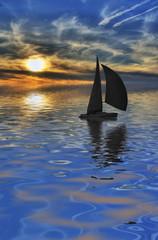 velero por el mar azul