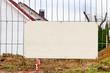 Leeres Schild an einem Bauzaun - Neubaugebiet