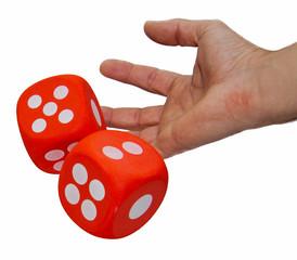 Eine menschliche Hand wirft zwei große rote Würfel