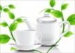 Белый чайник и чашка с листьями мяты