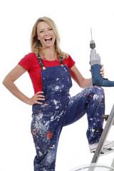 Glückliche Frau mit Bohrmaschine - woman with hand drill