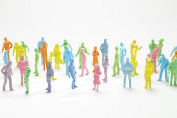 カラフルな人形の人形群衆