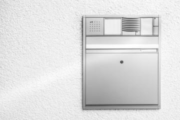 Briefkasten mit Türklingel © Matthias Buehner