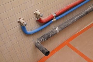 arrivée eau en multiskin, décharge en PP pour lavabo