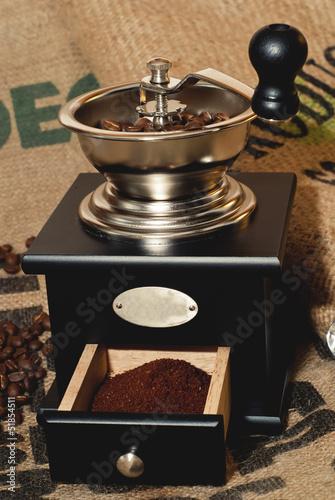 Kaffeemühle auf Kaffeesack