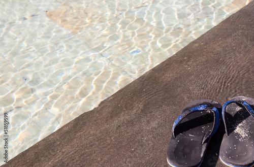 tongues sur margelle de piscine