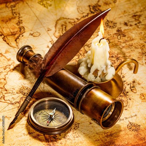 vintage-martwa-natura-vintage-przedmioty-na-starozytnej-mapie