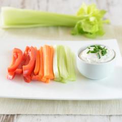 Sojadip mit frischem Gemüse