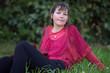 assise dans l'herbe