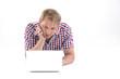 Mann überlegt gerade mit Laptop