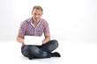 Mann beim lernen mit Laptop