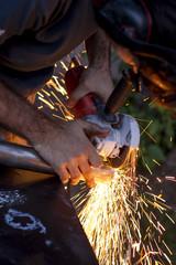 Hombre trabajando, herrero, soldador, hierro, chispaz.