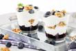 desserts mit heidelbeeren auf metall tablet