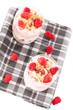 müsli desserts mit himbeeren von oben