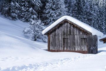 hütte in winterlandschaft