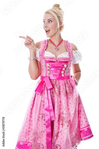 Frau isoliert im pinkfarbenen Dirndl