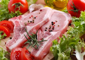 braciole di maiale con ingredienti