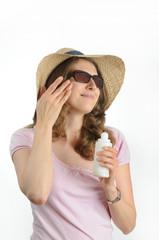 Junge, bruenette Frau mit Sonnenbrille und Strohhut.