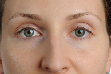 Augenpaar einer laechelnden jungen,bruenetten Frau.