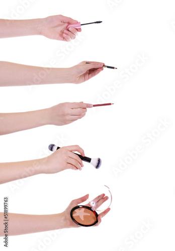 Hände mit Schminkutensilien