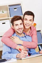 Schwules Paar mit Immobilienmarkt der Zeitung