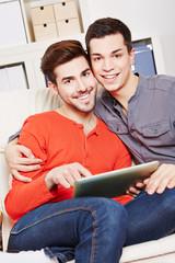 Schwules Paar mit Tablet Computer