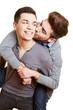 Schwuler Teenager küsst seinen Freund