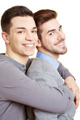 Zwei lachende schwule Männer umarmen sich
