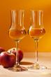 Zwei Gläser Calvados und Äpfel