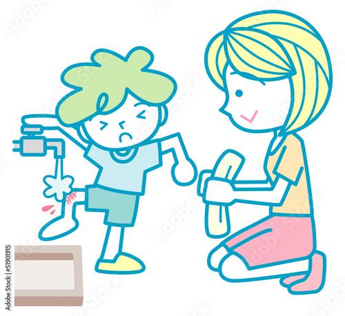 擦り傷を水で洗う男の子