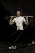Sportlicher junger Mann bei einer Gymstickübung