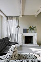 camino di marmo nel soggiorno moderno