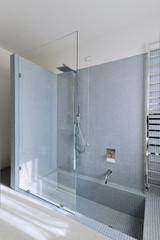 doccia in muratura con pareti di mosaico nel bagno