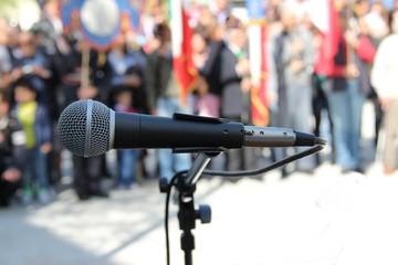 microfono sfondo manifestanti liberazione