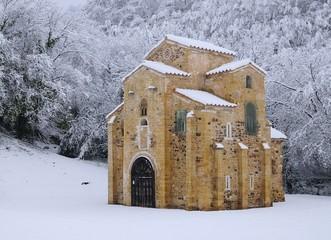 San Miguel de  Lillo bajo una nevada.