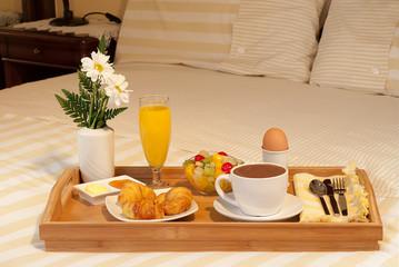 Bandeja de desayuno en la cama