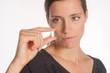 Junge Frau mit Tablette in der Hand