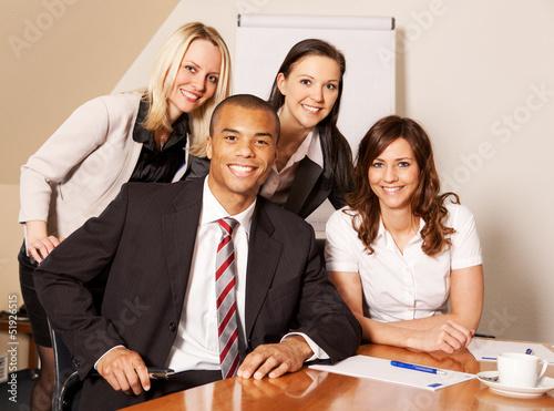 Junges gemischtes Businessteam