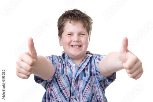 Glücklicher Junge zeigt die Daumen