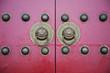 古老门上的门环和门钉