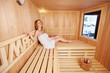 frau geht im winter in die sauna