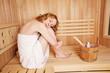 schöne frau genießt die sauna