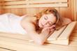 entspannte frau in der sauna