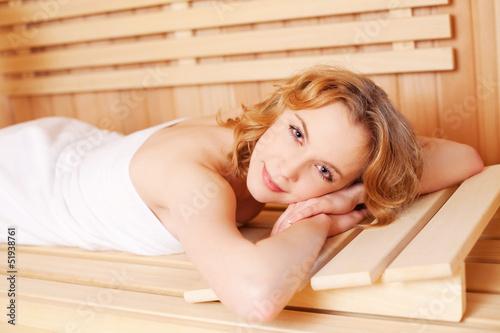 schöne frau liegt in der sauna