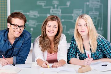 drei studenten im unterricht
