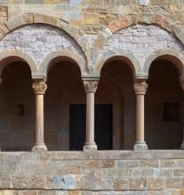 Balcon antique avec des colonnes.