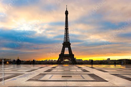 Wieża Eiffla na wschód słońca, Paryż.