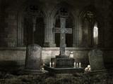 Gotycka kaplica z nagrobkami, świecami i czaszkami