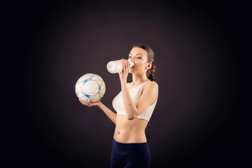 Девушка с футбольным мячем и бутылкой воды