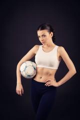 девушка держит футбольный мяч